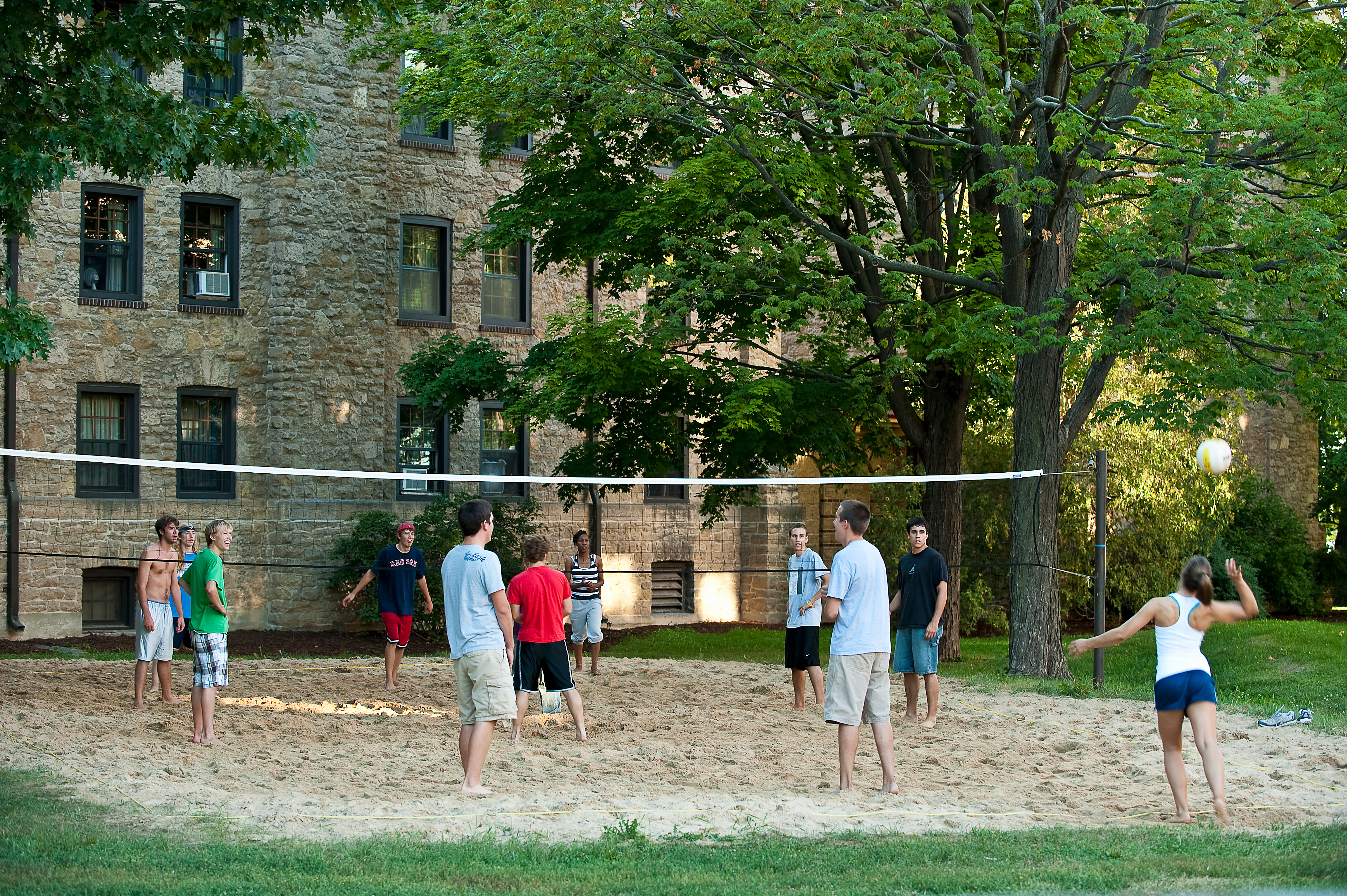 Students play volleyball outside Tripp Commons